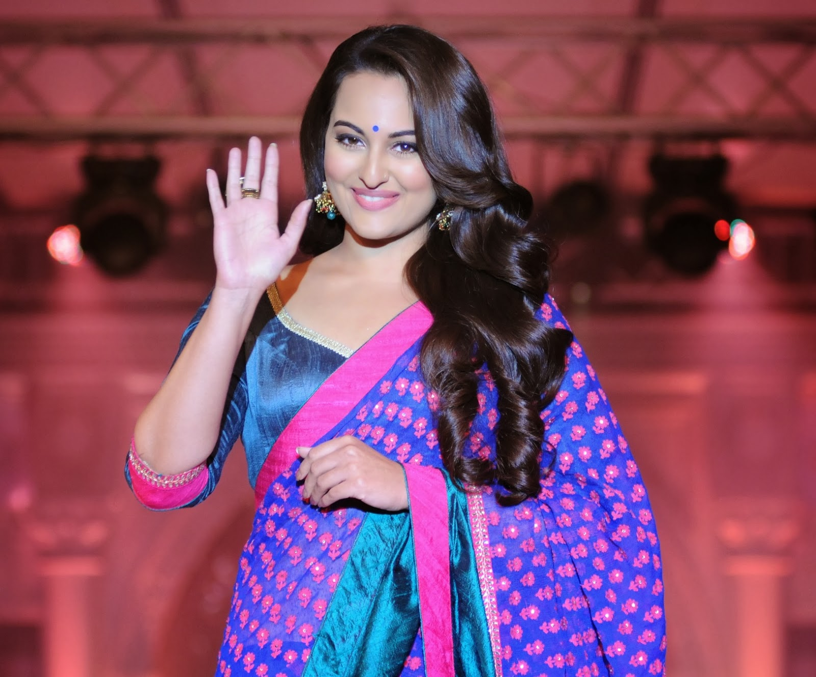Sonakshi Sinha Hd Wallpapers: 12 HD Sonakshi Sinha Wallpapers
