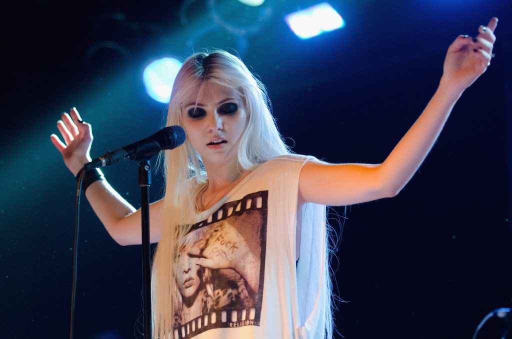 taylor momsen performing background wallpapers