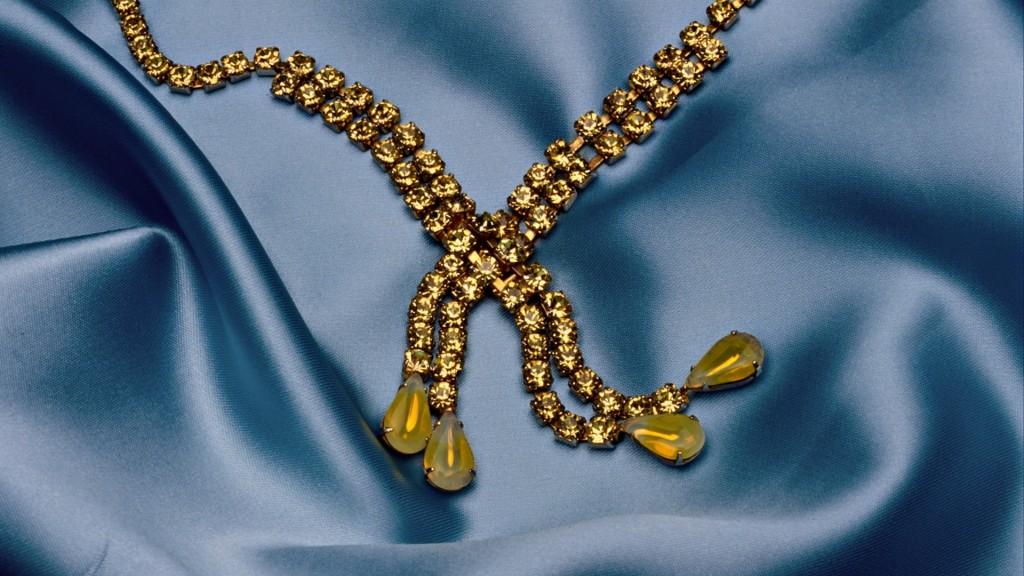 gold-necklace-desktop-wallpaper-49456-51131-hd-wallpapers