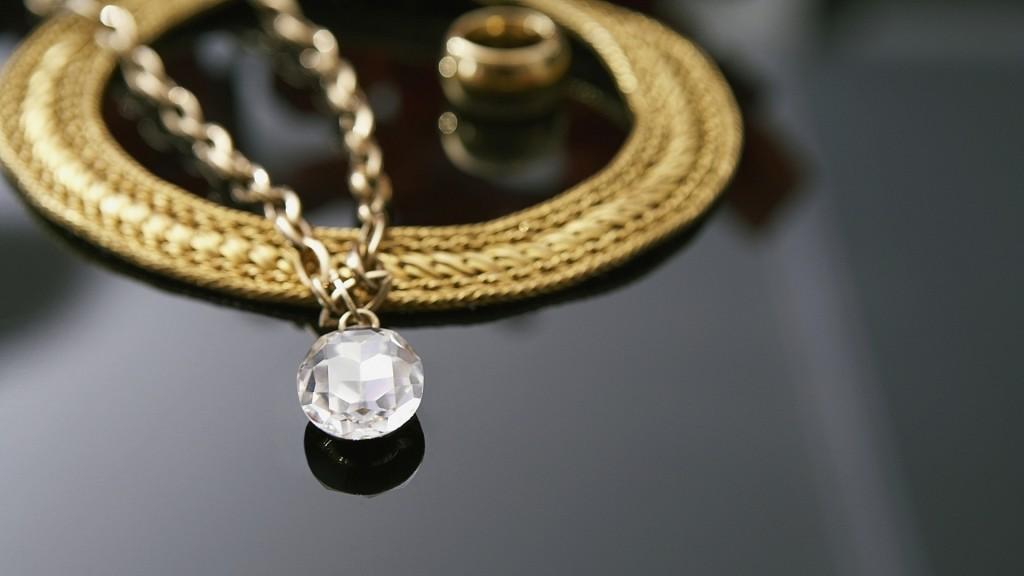 gold-necklace-widescreen-wallpaper-49457-51132-hd-wallpapers