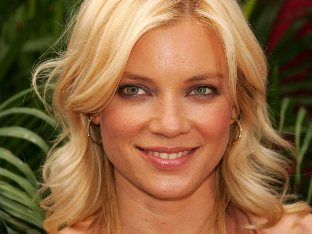 amy smart smile wallpaper pictures wallpapers