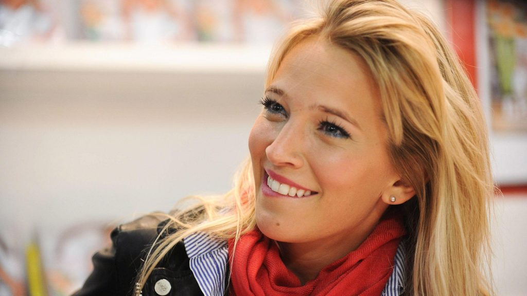 luisana lopilano smile widescreen hd wallpapers