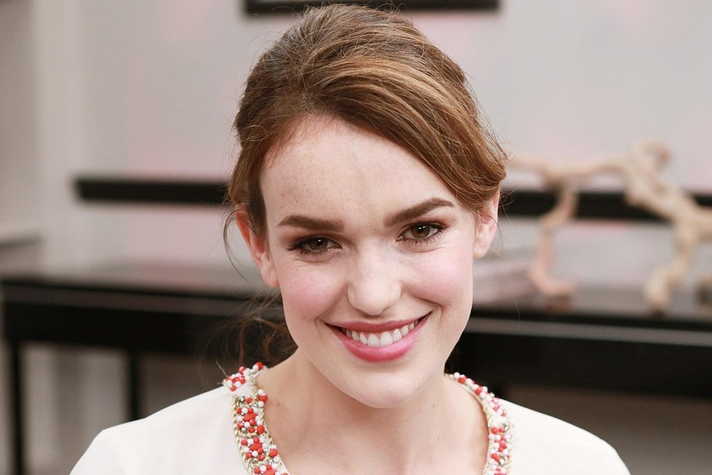 elizabeth henstridge smile wallpapers